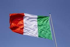 Włoszczyzny flaga na maszcie, światło dzienne zdjęcie royalty free