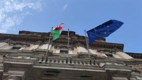 Włoszczyzny i europejczyka flagi vawing wpólnie na rządowym pałac