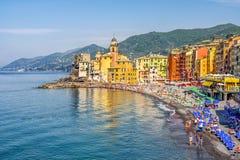Włoszczyzny Riviera plaży kolorowy krajobraz Camogli wioska w Liguria - genuy prowincja Zdjęcie Stock