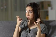Wściekła kobieta patrzeje kamerę w nocy zdjęcia stock