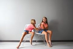 Wściekła nastoletnia dziewczyna w dyskusi z jej małym fotografia royalty free