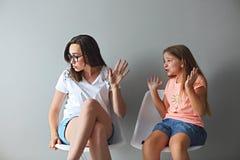 Wściekła potomstwo matka w dyskusi z jej nastoletnią córką obrazy royalty free