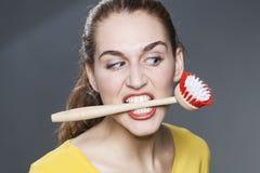 Wściekła 20s dziewczyna z naczynia muśnięciem w zębach dla czyścić odmowa i myć Obraz Stock
