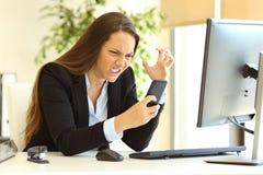 Wściekły bizneswoman używa mądrze telefon obraz stock