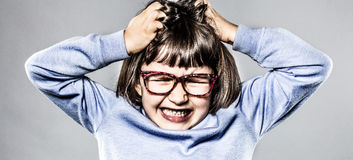 Wściekły dzieciak ma napad złości, drapający głowę dla złości i frustraci fotografia royalty free