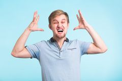 Wściekły gniewny mężczyzna z furią i frustracją zdjęcia royalty free