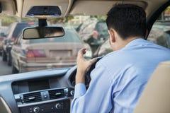 Wściekły kierowca przy ruchu drogowego dżemem Obraz Stock
