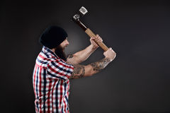 Wściekły lumberjack mężczyzna huśta się jego cioskę Obrazy Royalty Free
