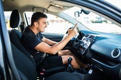 Wściekły mężczyzna jadący gestykuluje z ręką z okno podczas gdy Szalony kierowca wrzeszczy od samochodu przy wschód słońca Stres, fotografia stock