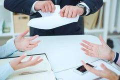 Wściekły młody biznesmen drzeje up zatrudnieniowego kontrakt Obraz Stock