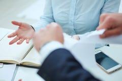Wściekły młody biznesmen drzeje up zatrudnieniowego kontrakt Zdjęcie Stock