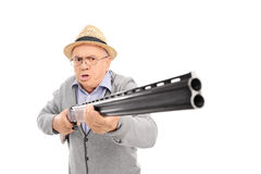 Wściekły starszy mężczyzna trzyma flintę fotografia stock