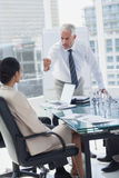 Wściekły szef wskazuje przy pracownikiem zdjęcia stock