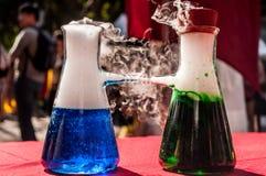 Wściekać się dymny od chemicznej reakci Zdjęcia Stock