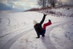 Wśliznie na śliskim śniegu na drogowym śladzie i lodzie przy krajem w marznięcie zimy dniu Zdjęcia Stock