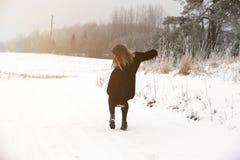 Wśliznie na śliskim śniegu na drogowym śladzie i lodzie przy krajem w marznięcie zimy dniu Zdjęcie Royalty Free