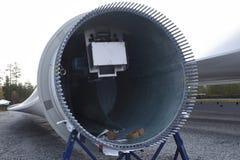 Wśrodku śmigłowego ostrza wiatrowy generator Zdjęcia Stock