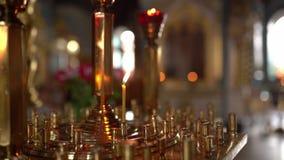 Wśrodku kościelnego, ortodoksyjnego katedralnego wnętrza, religii pojęcie Ukraińska religia Zwolnionego tempa wideo, świeczka ogi zdjęcie wideo