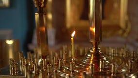 Wśrodku kościelnego, ortodoksyjnego katedralnego wnętrza, religii pojęcie Ukraińska religia Zwolnionego tempa wideo, świeczka ogi zbiory wideo