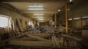 Wśrodku meblarskiego warsztata i przesłanek dla przerobu drewno zdjęcie wideo