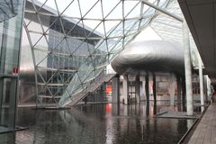Wśrodku Mediolańskiego targ handlowy nowożytnego budynku Obrazy Stock