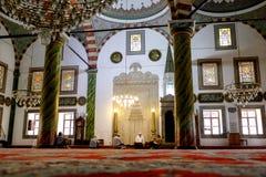 Wśrodku Muzułmańskiego meczetu z niektóre ludzi w Trabzon zdjęcie royalty free