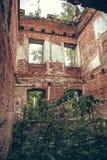Wśrodku rujnującej, zaniechanej antycznej cegły, starzał się grodowego budynek przerastającego z trawą i roślinami zdjęcie royalty free