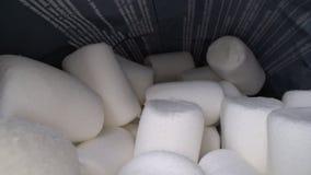 Wśrodku słodki i miękki marshmallow pakować Yummy biali cukierki wśrodku paczki, fast food zbiory wideo