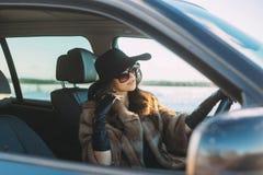 Wśrodku samochodu młoda piękna brunetka obraz royalty free