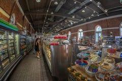 Wśrodku sklepu spożywczego układał w starej sali obrazy stock