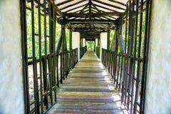 Wśrodku Starego kolonisty mostu w Gallineral parku w San Gil, Kolumbia obraz royalty free
