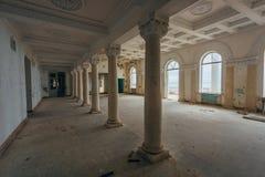 Wśrodku starego przerażającego zaniechanego dworu Poprzedni sanatoryjny Gagripsh, Gagra, Abkhazia obraz stock