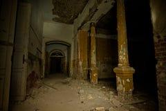 Wśrodku starego przerażającego zaniechanego dworu Poprzednia rezydencja ziemska zdjęcia stock
