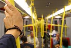 Wśrodku wagonu metru z dojeżdżający ręką Zdjęcie Stock