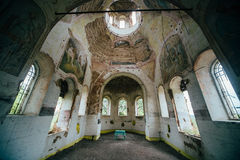 Wśrodku zaniechanego kościół wniebowzięcie Błogosławiona dziewica w wiosce Zdjęcia Stock