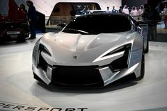 W开汽车显示创新Fenyr在迪拜汽车展示会 免版税库存图片
