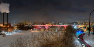 35W桥梁&蒸汽厂在晚上在冬天 库存照片