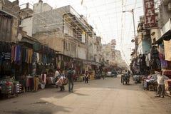 W à la rue serrée avec des boutiques Photo libre de droits