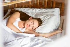 W łóżku młodej kobiety dosypianie zdjęcia royalty free