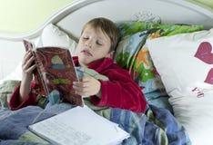W łóżku z grypowym robi schoolwork Obraz Royalty Free