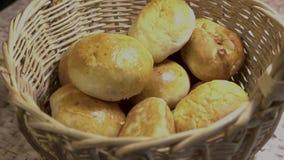 W łozinowym koszu z kulebiakami stawia dwa kulebiaka zdjęcie wideo