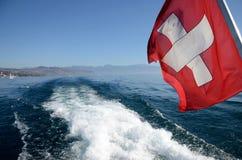W ślad za łodzią od Jeziornego Genewa Szwajcarscy chorągwiani pławiki obraz stock