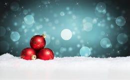 W śniegu bożenarodzeniowe piłki zdjęcie stock
