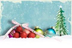 W śniegu bożenarodzeniowe piłki obrazy stock
