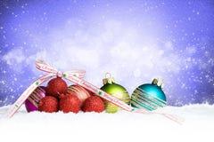 W śniegu bożenarodzeniowe piłki zdjęcia royalty free