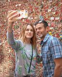 W średnim wieku żona i mąż bierze selfie przed Targową teatru dziąsła ścianą, szczupaka miejsca rynek, Seattle, Waszyngton obrazy royalty free