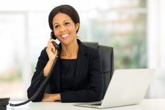 W średnim wieku afrykański bizneswomanu telefon Obraz Royalty Free