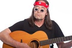 W średnim wieku artystyczny męski artysta bawić się gitarę Zdjęcie Royalty Free