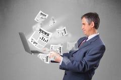 W średnim wieku biznesmena mienia notatnik i czytanie explosi Zdjęcie Royalty Free