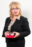 W średnim wieku bizneswoman, trzyma teraźniejszość fotografia royalty free